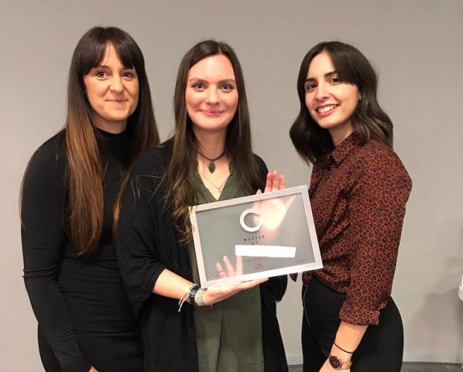 Adina Sachs bekam den Master of Color von ihren beiden Trainerinnen verliehen